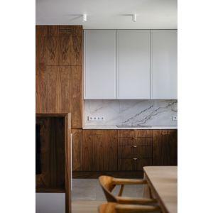 Ścianę nad blatem w kuchni wykończono naturalnym kamieniem. Projekt: Magdalena Bielicka, Maria Zrzelska-Pawlak,  pracownia Magma. Fot. Kroniki Studio
