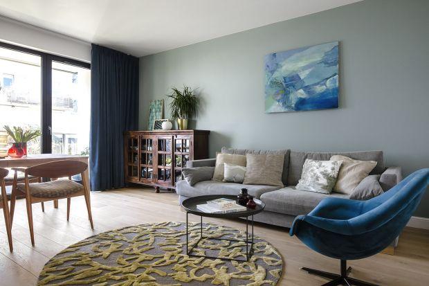 Mieszkanie o powierzchni 68 metrów kwadratowych jest proste i eleganckie. Ma jednak swój niepowtarzalny klimatu. To zasługa sztuki, obrazów, pamiątek z Argentyny,prac artystów z warszawskiej ASP czy imponująca kolekcja szkła Zbigniewa Horbowego.
