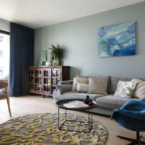 W salonie kluczowy jest kolor ściany – nieoczywisty odcień, który w zależności od pory roku a nawet pory dnia, przybiera kolory morza i nieba. Projekt: Magdalena Bielicka, Maria Zrzelska-Pawlak,  pracownia Magma. Fot. Kroniki Studio