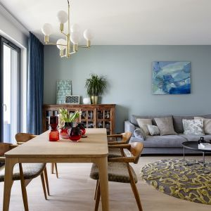 Salon połączony jest z jadalnią oraz kuchnią. Otwarta strefa dzienna jest bardzo wygodna. Projekt: Magdalena Bielicka, Maria Zrzelska-Pawlak,  pracownia Magma. Fot. Kroniki Studio