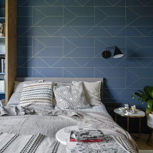 Sypialnia, stosunkowo niewielka mieści wszystko co potrzeba. Mamy tu łóżko, szafę oraz komodę, które zostały wykonane na zamówienie. Projekt: Magdalena Bielicka, Maria Zrzelska-Pawlak,  pracownia Magma. Fot. Kroniki Studio