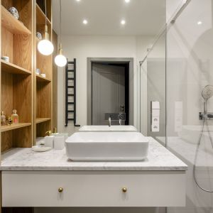 W łazience króluje połączenie złamanej bieli z czernią. Pojawi się tu  również piękny, naturalny kamień .Projekt: Magdalena Bielicka, Maria Zrzelska-Pawlak,  pracownia Magma. Fot. Kroniki Studio