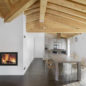 """Kominki opalane drewnem """"dodają"""" ciepła do pomieszczenia, powodując cyrkulację powietrza w pomieszczeniu, zamiast wymiany gorącego powietrza na chłodne powietrze zasysane z zewnątrz. Fot. Unico"""