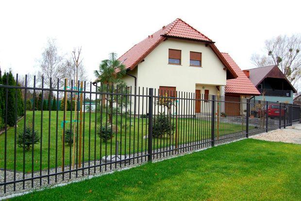Czy podmurówka przy budowie ogrodzenia na twojej działce jest potrzebna? Jaki zalety ma to rozwiązanie? Sprawdźcie, co radzą eksperci.