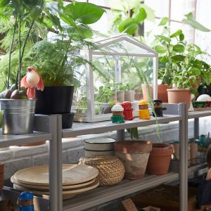 Nawet na balkonie w bloku możesz stworzyć własny ogród warzywny i ziołowy. Fot. IKEA