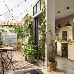 Własne warzywa, kwiaty i zioła na balkonie to pomysł nie do przecenienia. Fot. IKEA