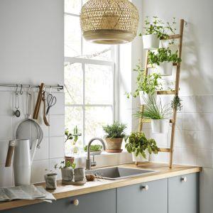 Gdy miejsca brak - stojak na doniczki do kuchni. Fot. IKEA