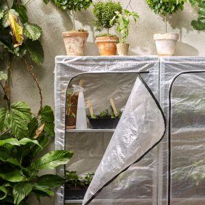 Pokrowiec-szklarnia na rośliny na balkonie. Fot. IKEA