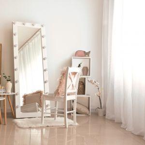 Toaletka w jasnej sypialni. Fot. Tikkurila