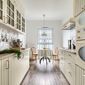 Dwurzędowa zabudowa kuchenną w klasycznym stylu. Projekt Deer Design