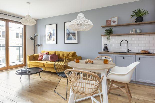 41-metrowe mieszkanie na starej Ochocie jest przytulne i stylowe. Dębowe drewno, cegła, wyplatane lampy - wszystko to sprawia, że niewielkie i jasne wnętrze jest ładne i funkcjonalne jednocześnie.