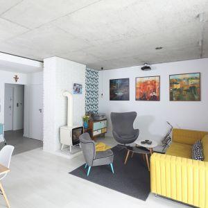Biała cegła w nowoczesnym salonie idealnie pasuje do koloru ścian oraz kolorów mebli wypoczynkowych. Projekt: Małgorzata Przybyła, Dawid Czyż. Fot. Bartosz Jarosz