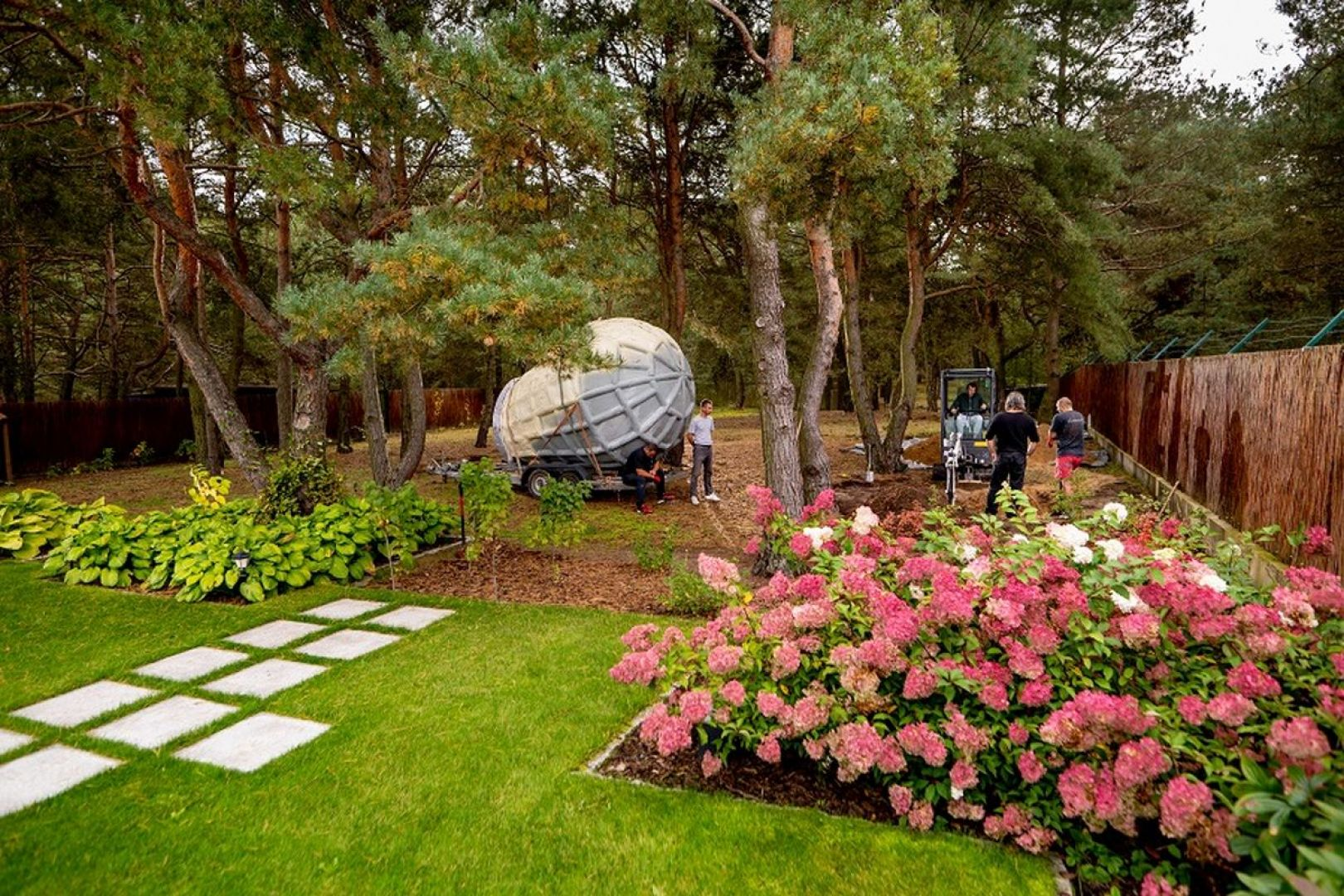 Piwniczka ogrodowa łączy w sobie dwa istotne aspekty: stanowi dodatkową przestrzeń do przechowywania produktów żywnościowych czy wina, ale także urozmaica krajobraz. Fot. The Shire Cellar