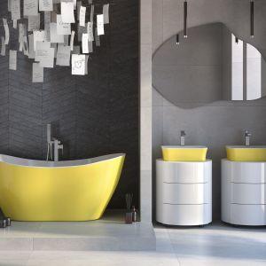 Klasyczna biel i szarość ożywiona intensywnym żółtym kolorem. Na zdjęciu: wanna wolnostojąca Viya z umywalkami Assos S-Line w kolorze roku Pantone 2021. Marka: Besco