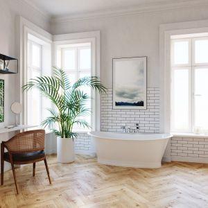 Salon kąpielowy w klasycznym stylu. Wolnostojąca wanna jest jego największą ozdobą. Na zdjęciu z baterią wannową czterootworową Algeo Square. Marka: Ferro