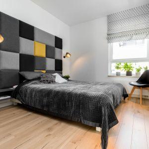 Nowoczesna, ale przytulna sypialnia z dużym, wygodnym łóżkiem z niesamowitym zagłówkiem. Projekt: Joanna Nawrocka, JN Studio Joanna Nawrocka. Fot. Łukasz Bera