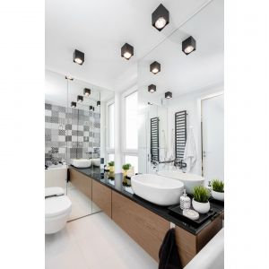 Okno mleczne ze świetlikiem w łazience zapewnia dużo światła, dzięki czemu wnętrze wydaje się większe. Taki sama efekt zapewniają lustra. Projekt: Joanna Nawrocka, JN Studio Joanna Nawrocka. Fot. Łukasz Bera