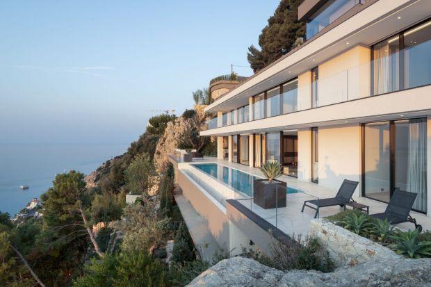 Blue Coast to wzorowana na modernistycznych klasykach willa ze szkła i betonu. Jej niepowtarzalnym atutem jest boski widok na błękitne Morze Śródziemne, a nowoczesna minimalistyczna bryła dodatkowo ułatwia jego podziwianie.