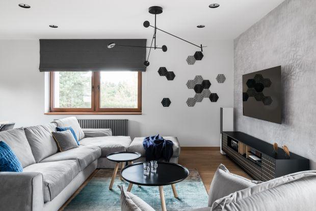 Ścianę za telewizorem warto wyeksponować. Dekoracyjna tapeta, drewno, a nawet płytki ceramiczne sprawdzą się w tej roli doskonale. Zobaczcie propozycje na modną ścianę za telewizorem.