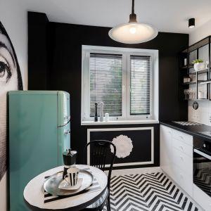 Jadalnia przy kuchni w małym mieszkaniu w bloku. Projekt Marta Piórkowska-Paluch. Fot. Andrzej Czechowicz, Foto Studio Wrzosy