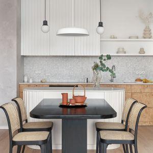 Jadalnia przy kuchni w małym mieszkaniu w bloku. Projekt Studio Inbalance Fot. Tom Kurek