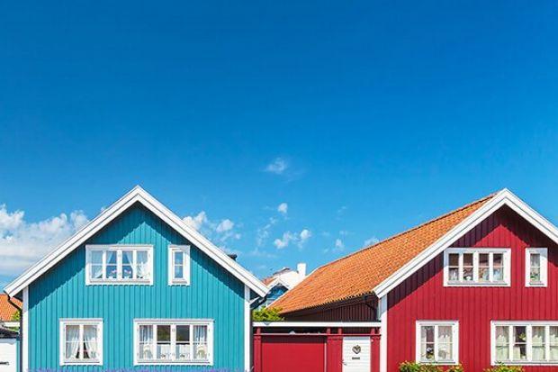 Prosta forma, naturalne materiały i urokliwa elewacja z drewna – jednorodzinne domy w stylu skandynawskim od lat święcą triumfy nie tylko w Polsce, ale i na całym świecie.Niezależnie od metrażu, bazują one na prostych kształtach, przytulnoś
