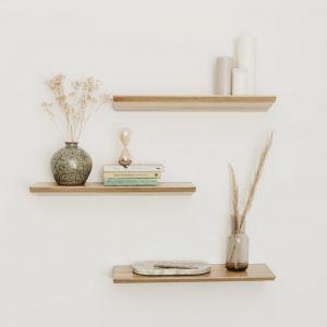 Półka ścienna do salonu czy sypialni w stylu skandynawskim powinna praktycznie wtapiać się w pomieszczenie. Fot. Borcas