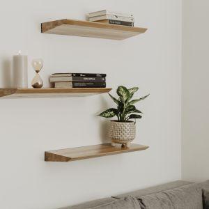 W małych wnętrzach drewniana półka ścienna pełni dwie funkcje. Z jednej strony jest oczywiście dekoracją, z drugiej zaś dodatkowym miejscem na przechowywania. Fot. Borcas