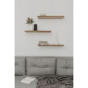 Wisząca półka doskonale się sprawdzi w salonie w stylu skandynawskim. Świetnie będzie wyglądała samodzielnie albo w towarzystwie kilku takich samych prostych form.  Fot. Borcas