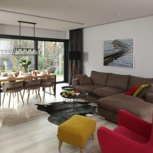 W przytulnym salonie podłogę wykończono płytkami, które doskonale imitują naturalne drewno. Są bardzo eleganckie i stylowe. Projekt: Laura Sulzik. Fot. Bartosz Jarosz