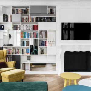Książki w salonie. Sposób na domową biblioteczkę. Projekt Anna Maria Sokołowska