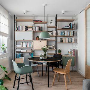 Książki w salonie. Sposób na domową biblioteczkę. Projekt Raca Architekci. Fot. Fotomohito