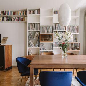 Książki w salonie. Sposób na domową biblioteczkę. Projekt Agata Ambrożewska, Agata Krzemińska, pracownia A+A. Fot. PION Studio
