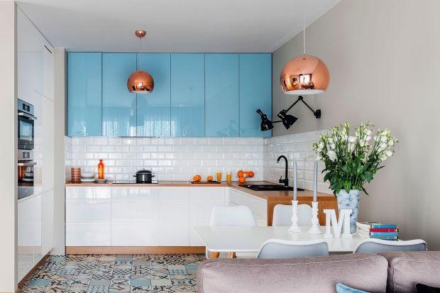 Jaki kolor do kuchni? W tym sezonie stawiamy na chłodne zielenie i różne odcienie niebieskiego. Sprawdzą się zarówno w nowoczesnych, jak i stylowych wnętrzach.