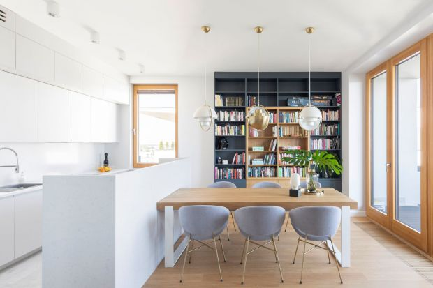 Zobaczcie 13 pięknych kuchni, w których białe szafki zestawiono z ocieplającym i przytulnym drewnem. Biała kuchnia z drewnem to ciągle hit w naszych mieszkaniach!