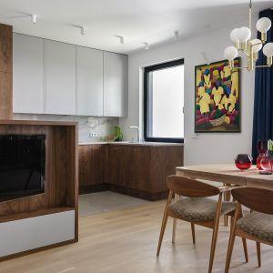 Kuchnia z białymi  i częściowo drewnianymi szafkami. Projekt: Magdalena Bielicka, Maria Zrzelska-Pawlak,  pracownia Magma. Fot. Kroniki Studio