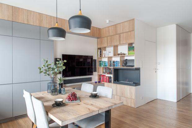 Aby niespełna 70-cio metrowe mieszkanie spełniło potrzeby czteroosobowej rodziny musiało przejść gruntowny remont. Zmienił się układ wnętrza i samo wnętrze. Jest nie tylko wygodne i funkcjonale, ale też jasne, przytulne i nowoczesne. Jednym s�