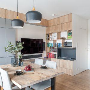 Strefa dzienna, pomimo małych rozmiarów stanowi serce domu. Projekt: Ewelina Para, RED design. Fot. Adam Woropiński, www.bardzo.photo.pl