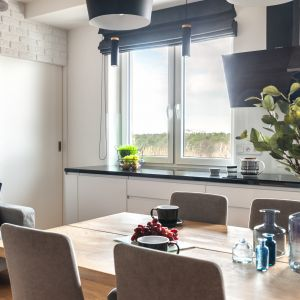 Długi blat kuchenny wykonany został z czarnego granitu. Projekt: Ewelina Para, RED design. Fot. Adam Woropiński www.bardzo.photo.pl