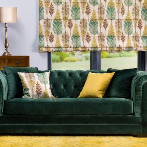 Zielona sofa w modnym welwetowym obiciu i w kolorze butelkowej zieleni. Fot. Dekoria