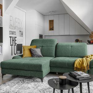 Zielona sofa na białym tle wygląda świeżo i kolorowo. Fot. Wajnert Meble