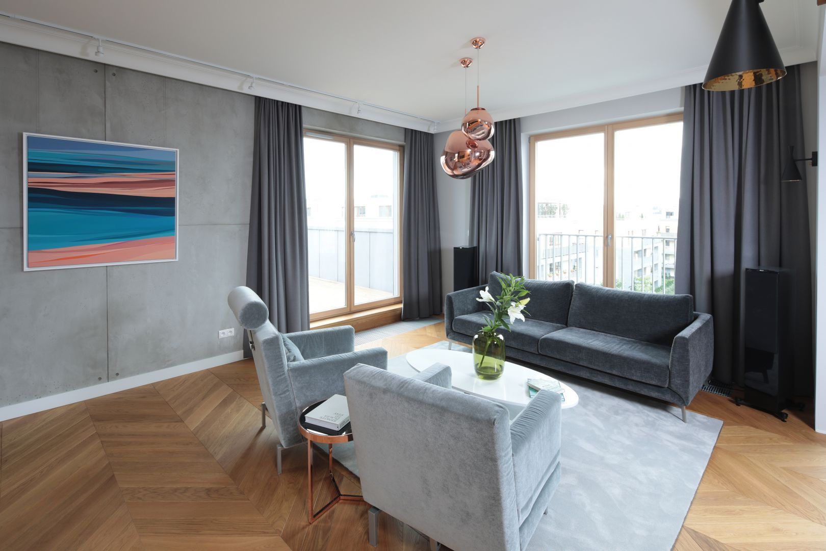 Ciemne, szare zasłony pięknie dekorują okna w nowoczesnym salonie. Projekt: Katarzyna Mikulska-Sękalska. Fot. Bartosz Jarosz