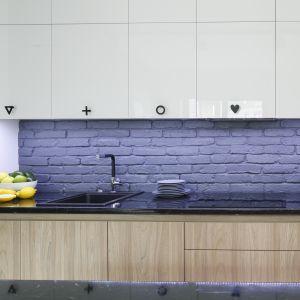 Cegła na ścianie nad blatem w kuchni. Projekt Ola Kołodziej, Ula Szmyt. Fot. Bartosz Jarosz