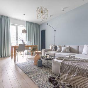 Kolory zasłon pięknie koresponduje z kolorem ścian w nowoczesnym salonie. Projekt: Anna Fabirowska. Fot. Pion Poziom
