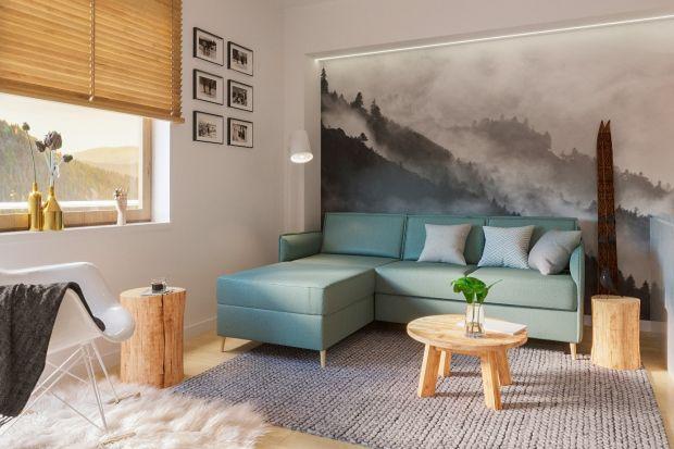 Czujesz, że pora już pożegnać szarą lub beżową kanapę w salonie? Zobacz naszą galerię 15 pięknych pomysłów na kolorową sofę lub narożnik. Ta w kolorze ochry jest świetna!