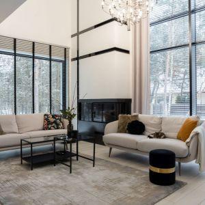 Kolor zasłon pasuje do dywanu oraz do sof w nowoczesnym salonie. Pięknie dekorują duże okna. Projekt: Donata Gadalska, DG Studio. Fot. Jacek Fabiszewski
