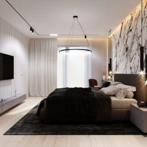 Stylu wnętrzu nadaje też ciemny dywan, pięknie korespondujący z narzutą, a także ściana wykończona spiekami kwarcowymi w kontrastowych kolorach bieli i brązu. Projekt i wizualizacje: Tomasz Kaim, Agnieszka Drużkowska, kaim.work
