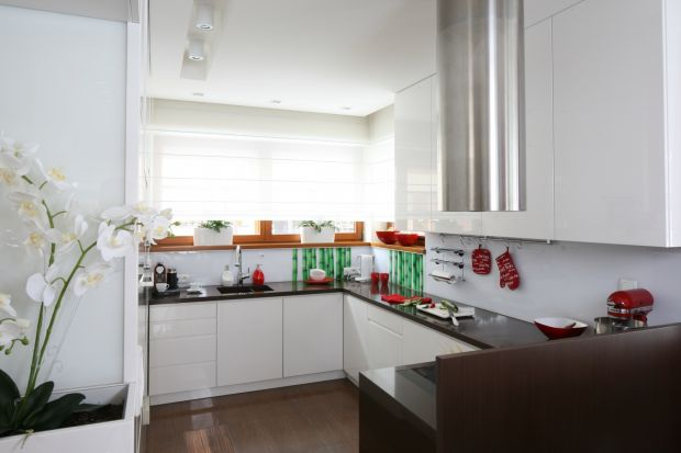 Szkło w kuchni to rozwiązanie funkcjonalne i bardzo efektowne. Jest też modne! Świetnie sprawdzi się nad blatem wdużej i w małej kuchni.
