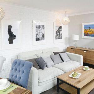 Biały salon jest elegancki i przytulny. Projekt: Marta Kramkowska. Fot. Bartosz Jarosz