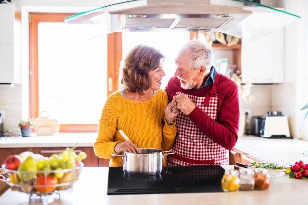 Kuchnia dla seniora musi być miejscem funkcjonalny i wygodnym. Powinna być również wyposażona w wysokiej jakości, nowoczesne i niezawodne rozwiązania.Na co więc zwrócić uwagę urządzając kuchnię dla starszych osób? Sprawdźcie!